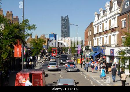 Straßenansicht im Südosten von London mit Strata Tower in ferne London UK - Stockfoto