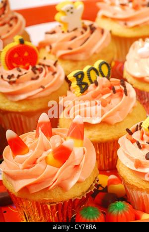 Köstliche Halloween Cupcakes auf einem Tablett präsentiert - Stockfoto