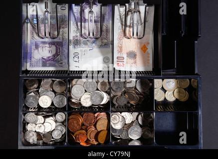 UK Sterling zehn und zwanzig Pfund-Noten im Shop bis - Stockfoto