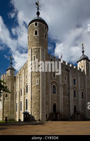 Der weiße Turm ist ein Mittelturm, der alte Bergfried, der Tower of London. Es wurde von William den Eroberer erbaut. - Stockfoto