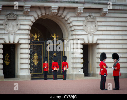 Die Wachablösung am Buckingham Palace in London - Stockfoto