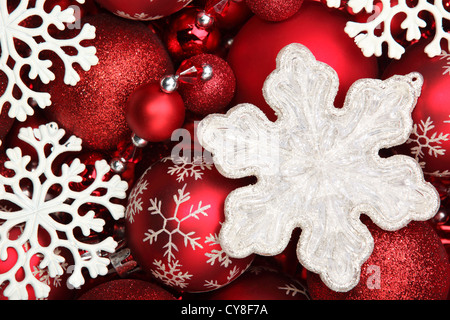Schneeflocke und roten Weihnachtskugeln