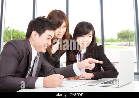 glücklich Asiengeschäft Team arbeiten im Büro - Stockfoto