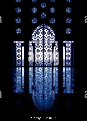 Blaues Licht spiegelt sich Marmorboden vom beleuchteten Kirchenfenster framing Eingang in die Moschee in Casablanca, - Stockfoto