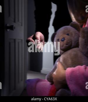 Männliche Faust ballte Eintritt in einen dunklen Raum, kleines Mädchen umklammert einen Teddybär zurückzulehnen, - Stockfoto