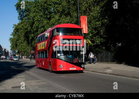 Einer der Prototypen neuer Bus nach London reisen entlang Piccadilly in Richtung Victoria. Die Busse werden von - Stockfoto