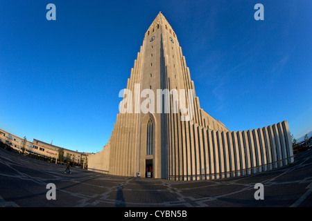 Hallgrimskirkja Kirche oder Kathedrale bei Sonnenuntergang, Reykjavik, Island - Stockfoto