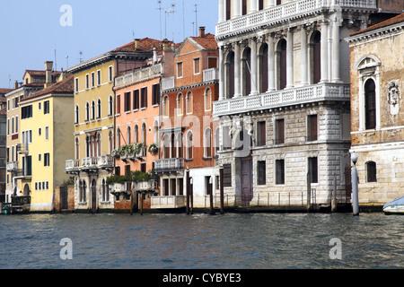 Bella Italia-Serie. Venedig - die Perle Italiens. Venezianischen Häusern in einen Canal Grande. Venedig, Italien. - Stockfoto