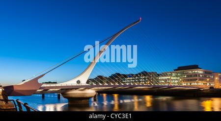 Dublin - Samuel Beckett Brücke über den Fluss Liffey in Dublin bei Nacht