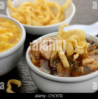 Scharf-saure Suppe In eine Schüssel weiß - Stockfoto
