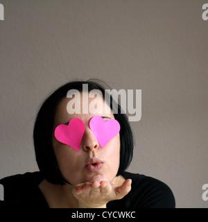 liebevolle, rosa Brille, einen Kuss - Stockfoto