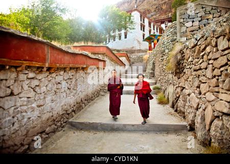 Zwei Novizen zu Fuß zur Schule in Hemis Kloster in Indien. - Stockfoto