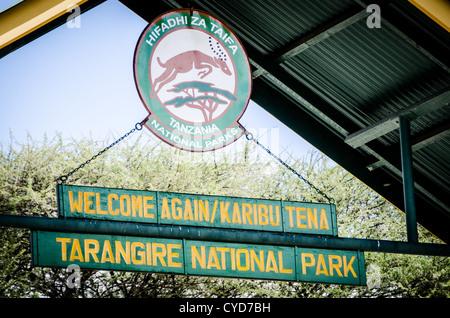 Melden Sie sich über Kopf am Haupteingang zum Tarangire National Park im Norden von Tansania. - Stockfoto
