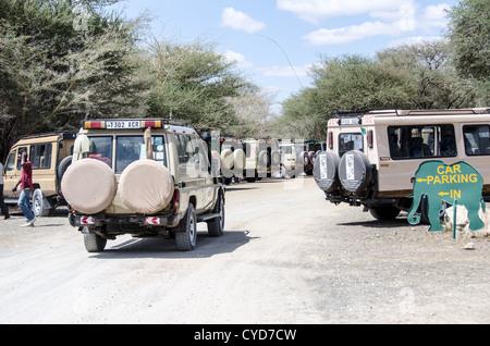 Safari-Fahrzeuge auf dem Parkplatz am Haupteingang zum Tarangire-Nationalpark im Norden von Tansania nicht weit - Stockfoto