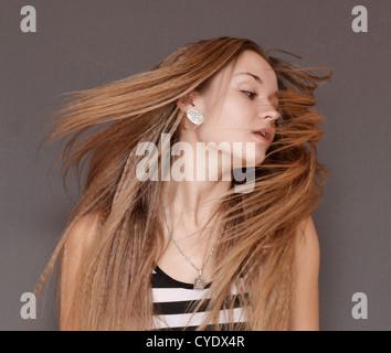 Porträt von Schönheit Frau mit fliegenden Haare - Stockfoto