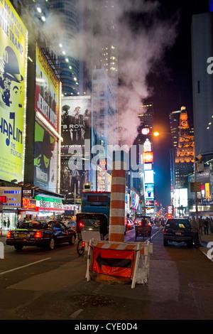 Dampf steigt im Rohr aus dem Untergrund auf dem Broadway, Times Square, New York, USA - Stockfoto