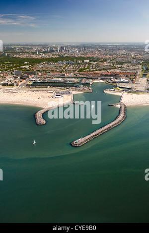 Niederlande, Scheveningen, den Haag oder in niederländischer Sprache. Fischerhafen oder Hafen. Leute, Sonnenbaden - Stockfoto