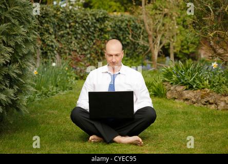 Erfolgreicher Geschäftsmann in weißem Hemd und Krawatte, arbeiten und entspannen im freien - Stockfoto