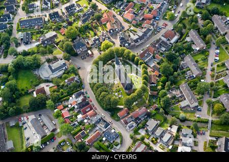 Die Niederlande, Raerd, Antenne. Zentrum des Dorfes mit Kirche am Berg.