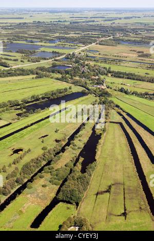 Niederlande, Nijetrijne, Natur reserve genannt Rottige Meente und Ackerland. Kleine Boote im Hafen. Luft. - Stockfoto