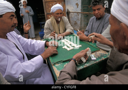 Ägypten, Nil, Luxor, Westbank, Bauern spielen domino - Stockfoto