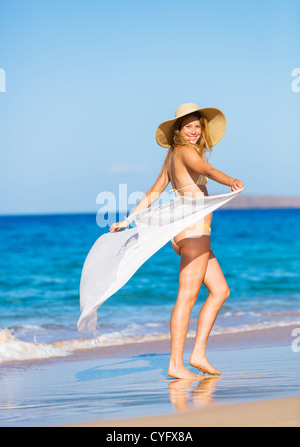 Schöne Frau im Bikini am Strand - Stockfoto