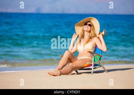 Junge schöne Frau am Strand in der Sonne entspannen - Stockfoto