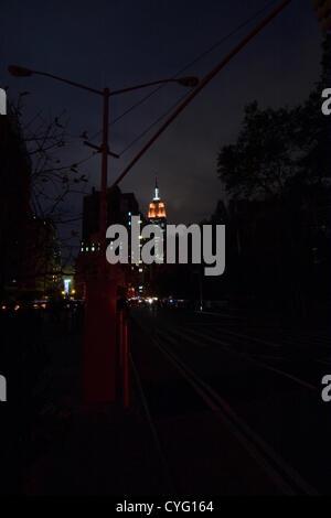 New York USA. 1. November 2012. Blick nach Norden am Broadway in New York City im Stadtteil Chelsea in der Abenddämmerung. - Stockfoto
