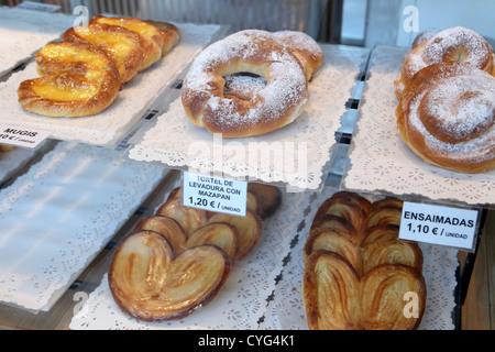 Süße Kuchen & Gebäck im Schaufenster von La Mallorquina klassische Pasteleria Sol Square Madrid Spanien Espana - Stockfoto