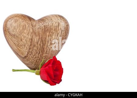 Rot stieg und geschnitzte hölzerne Kiste in Form von einer Liebe Herzen, isoliert auf weiss mit Arbeitspfad - Stockfoto