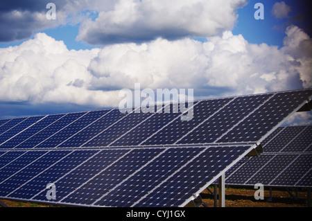 Sonnenkollektor-Energieanlage außerhalb gegen Himmel - Stockfoto