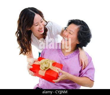 Happy Mixed Race asiatische Mutter erhalten von ihrer Tochter - Stockfoto