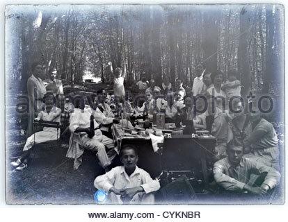 Großfamilie sammeln Picknick in den Wald Jahrgang 1900 s - Stockfoto