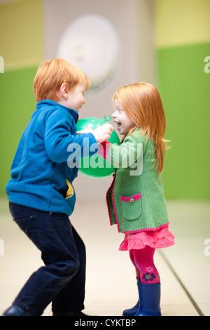Kinder spielen mit Ballon - Stockfoto