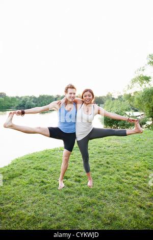 Paar Yoga zu praktizieren von Wasser - Stockfoto