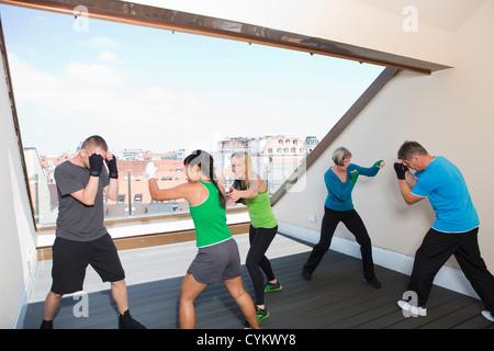 TrainerInnen, die mit Boxer im Fitness-Studio - Stockfoto