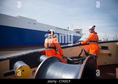 Arbeiter am Schlepper Boot sprechen - Stockfoto