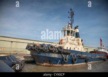 Schlepper im städtischen Hafen angedockt - Stockfoto