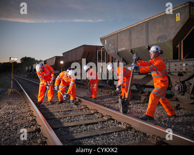 Eisenbahner, die Anpassung der Gleise - Stockfoto