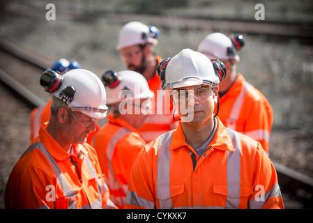 Eisenbahner stehend auf Schienen - Stockfoto