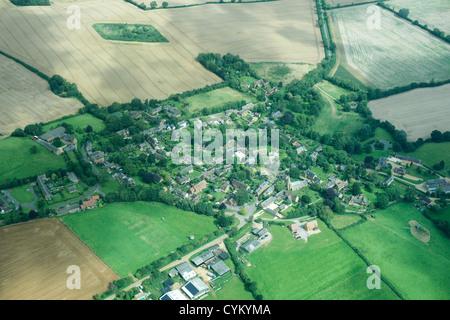 Luftaufnahme der ländliche Gemeinde und Felder - Stockfoto