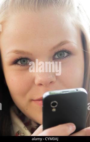 Teenager-Mädchen mit Handy im freien - Stockfoto