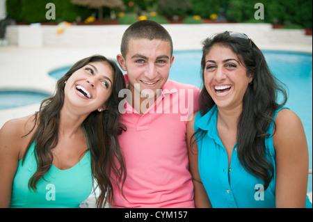 Bruder und Schwestern gemeinsam Lächeln - Stockfoto