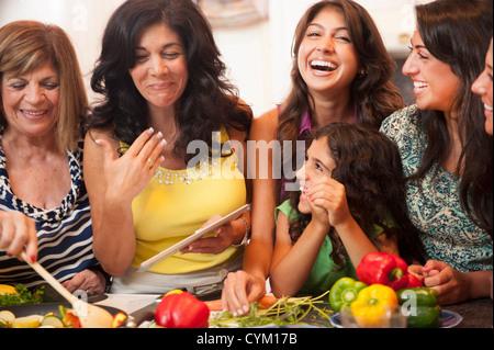 Frauen kochen gemeinsam in Küche - Stockfoto