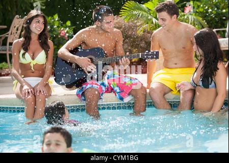 Familie entspannende Swimmingpool - Stockfoto