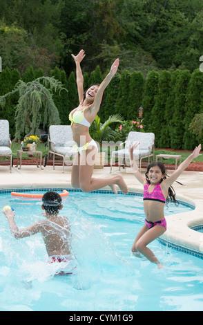 Familie im Pool Spielen - Stockfoto