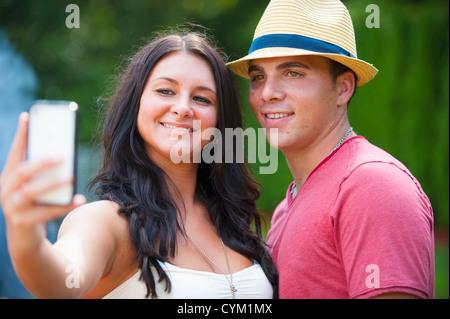 Paar unter Bild von sich selbst - Stockfoto