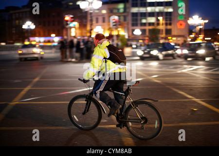 Mann trägt high Vis Weste Radsport Dublin City Zentrum Republik von Irland - Stockfoto