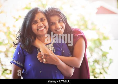 Indische Mutter und Tochter in traditioneller Kleidung - Stockfoto