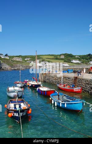 Angelboote/Fischerboote im Hafen von Coverack, Cornwall, England, UK - Stockfoto